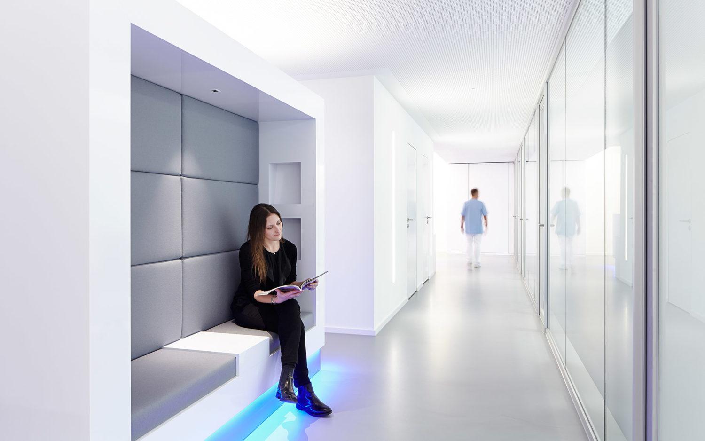 Wartezone mit Patientin der Zahnarztpraxis Dr. Langhammer Ulm